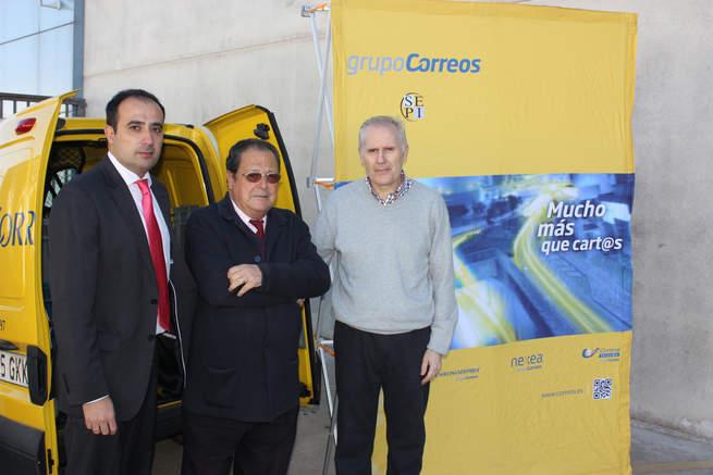 imagen de Correos realiza su entrega más solidaria con la donación de 300 kilos de comida no perecedera