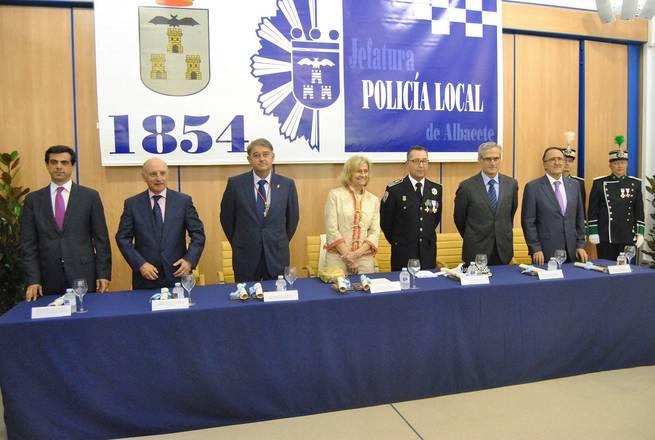 imagen de Carmen Bayod celebra el día de los Ángeles Custodios al lado de los cuerpos de la Policía Nacional y Policía Local