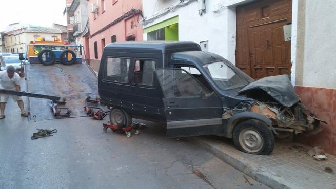 Imagen: Un conductor empotra su furgoneta contra una vivienda en Daimiel
