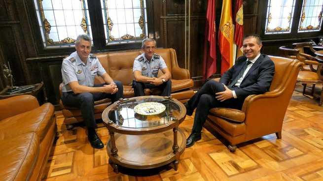 Cabañero recibe a los coroneles Pablos Chi y Belmonte Giménez que, este viernes, protagonizarán el Relevo de Mando en la Base Aérea de Los Llanos