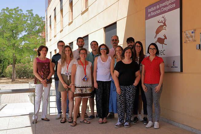 Los investigadores del IREC José de la Fuente y Margarita Villar, expertos mundiales en investigación en garrapatas según el portal Expertscape