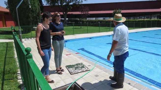 La piscina municipal de manzanares estrena baldosas for Piscina municipal albacete