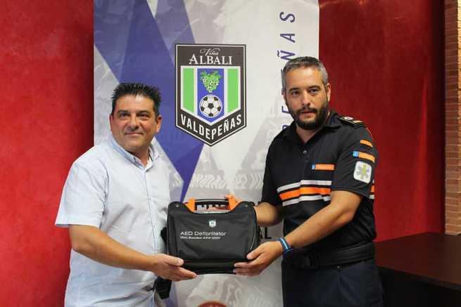 Protección Civil Valdepeñas tiene un desfibrilador gracias al Club Fútbol Sala Viña Albali Valdepeñas