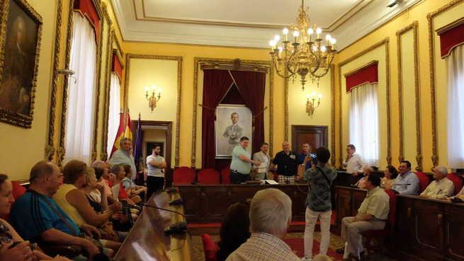 Bienvenida en el Ayuntamiento a la Compañía de Trebujena (Cádiz) de visita turística por Guadalajara