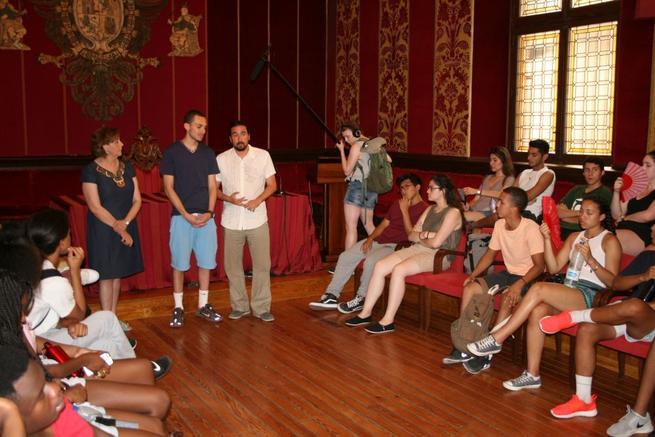 Imagen: Un grupo de jóvenes americanos de intercambio visitan el Consistorio para conocer sus políticas de Juventud