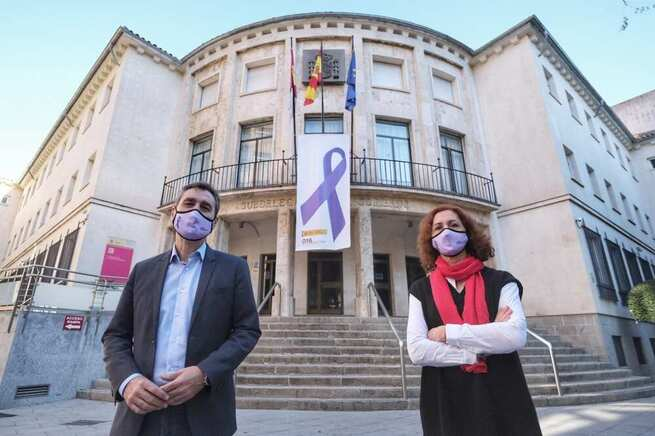 Tierraseca y Herreros despliegan un gran lazo morado en la fachada de la Subdelegación del Gobierno de Ciudad Real