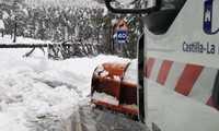 La Diputación de Cuenca pone a trabajar a cinco camiones quitanives y una máquina ante las precipitaciones