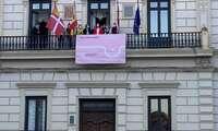 Alcázar se suma al Día Mundial contra el Cáncer de Mama con una pancarta en el balcón del Ayuntamiento