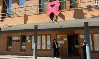 Lazo rosa en la fachada del Ayuntamiento de Bolaños con motivo del Día Mundial Contra el Cáncer de Mama