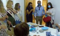 La Asociación de Parkinson rinde homenaje a la Pandorga con una mascarilla del pañuelo de yerbas