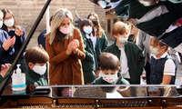 Unos 500 escolares de Toledo se suman a la tercera edición de 'Pianos en la calle' que ha tenido la alcaldesa como intérprete