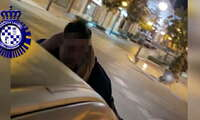 La Policía Local de Valdepeñas abre diligencias a una conductora que conducía con un joven sobre el capó del coche