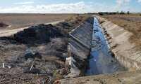 En Villacañas se procede a la limpieza del canal de la depuradora para mejorar la evacuación de aguas pluviales
