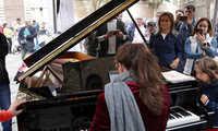 La alcaldesa de Toledo destaca la buena acogida de 'Pianos en la calle' que volverá al Casco Histórico el año que viene