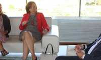 La alcaldesa de Alcázar mantiene una reunión de trabajo con el Consejero de Sanidad para estudiar proyectos de mejora del hospital y de la atención sanitaria en la ciudad