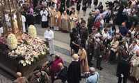 La procesión del Corpus Christi se vive en Toledo un año más con gran ambiente en la calle y con olor a tomillo y romero