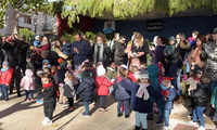 Brazos Abiertos celebra su Encuentro de Villancicos frente al Belén de la Glorieta de Argamasilla de Alba