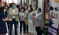 La subdelegada del Gobierno visita la exposición 'No más violencia' en el I.E.S Comendador Juan de Távora en Puertollano