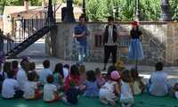 """""""La biblioteca se sale"""" congrega a numerosos niños en el parque municipal Adolfo Suárez de Socuéllamos"""
