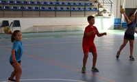 Más de sesenta niños y niñas participan en la escuela de verano de balonmano de Manzanares