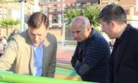 Manuel Serrano afirma que la nueva zona de Calistenia de la Plaza 'Los Llanos del Águila' fomentará la práctica deportiva al aire libre