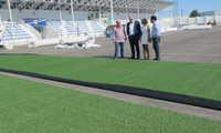 El Ayuntamiento de Manzanares sustituye el césped artificial del campo de fútbol 'José Camacho'