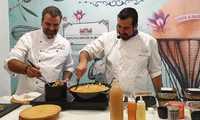 El chef Alex Fernández ha sorprendido en el Show Cooking de Diputación con un vanguardista gazpacho manchego y buñuelos de ajo mataero