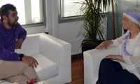 Pilar Zamora recibe a Diego Morales tras su participación en el Día de la Tapa de San Antonio