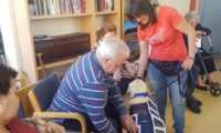 """Los mayores de Miguelturra ya trabajan con """"Yoga"""" gracias al programa de intervencion asistida con animales"""