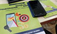 Siete personas mayores de 55 años aprenden a manejar su teléfono móvil en Manzanares