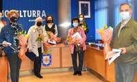 Los y las participantes en el taller de radioteatro reciben un reconocimiento por parte de la concejalía de mayores del ayuntamiento de Miguelturra