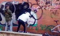 Dos personas fueron sorprendidas por la Policía Local de Cuenca mientras realizaban pintadas en una pared sin autorización