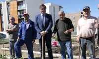 Ángel Mariscal visita los huertos de ocio del barrio de Villa Román en su noveno año de existencia