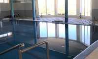 El Ayuntamiento de Miguel Esteban renueva el suelo de la piscina climatizada