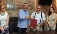 Valdepeñas suscribe un convenio para financiar la fisioterapia de mayores en el Centro de Bonillas