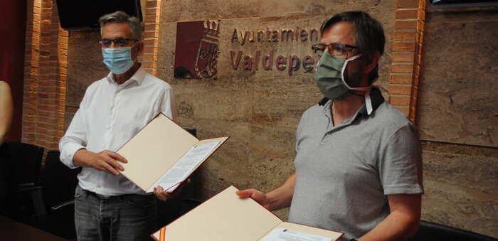 El Alcalde de Valdepeñas renueva con Cáritas el convenio anual por valor de 26.000 euros