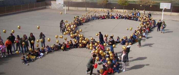 El Colegio Antonio Machado conmemora el Día Internacional del Cáncer Infantil con una suelta de globos y lectura de un manifiesto