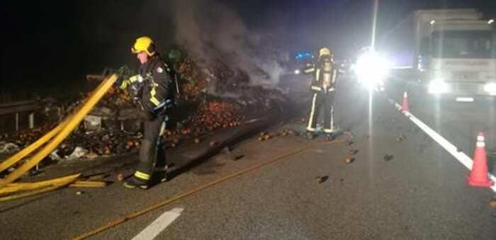 Se incendia un camión que transportaba naranjas en la A-3 a la altura de Honrubia (Cuenca)