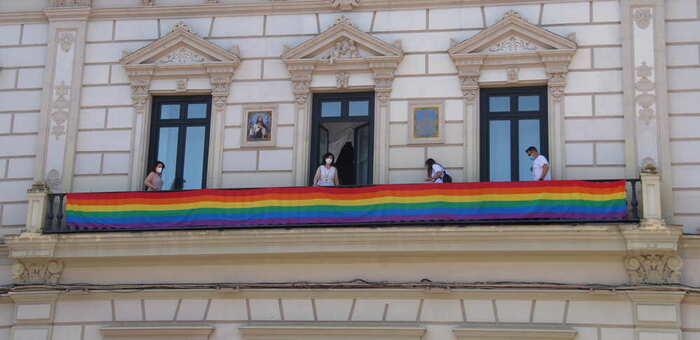 El ayuntamiento de Alcázar se suma a la conmemoración del Orgullo LGTBI con el tradicional estandarte arcoíris en el balcón principal del consistorio