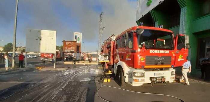 Los Bomberos trabajan en la extinción de un incendio en una fábrica de maderas en Ciudad Real