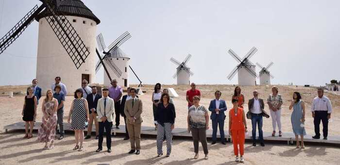 El Gobierno regional acometerá la iluminación de la Sierra de los Molinos de Criptana y apoyará la musealización del molino dedicado a Sara Montiel