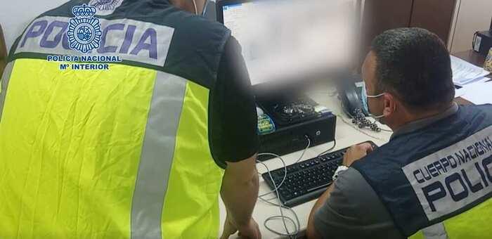 """La Policía Nacional detiene a cuatro personas por compartir """"stickers"""" de pornografía infantil a través de un grupo de mensajería instantánea"""
