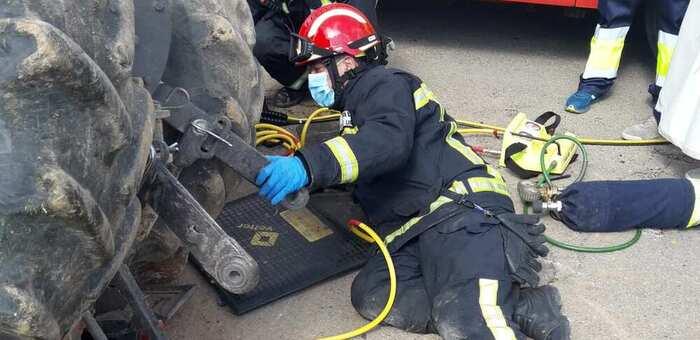 Una persona ha tenido que ser rescatada de su tractor tras volcar en Valdepeñas