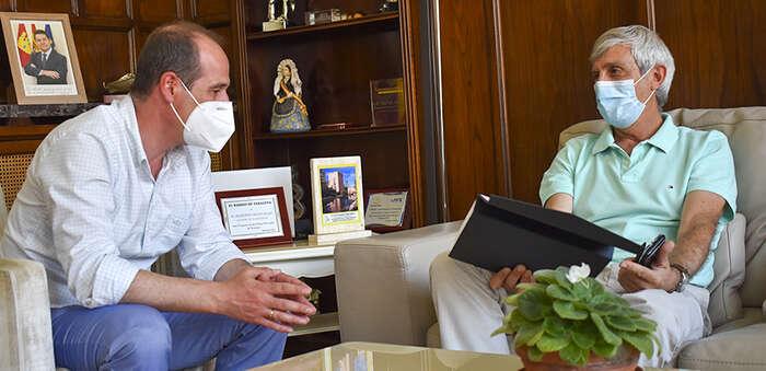El alcalde de Guadalajara desea la mayor de las suertes a Luis Barra, que se jubila hoy tras cuarenta años de servicio municipal ejemplar
