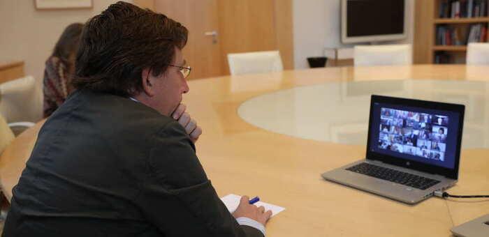 Almeida responde a Page que primero culpabilizó a profesores, médicos y alcaldes, y ahora a Madrid