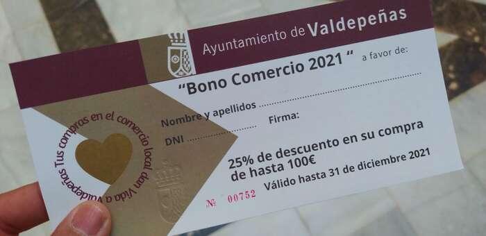 Valdepeñas comienza a repartir 350.000 euros en bonos de descuento en compras para ayudar al comercio