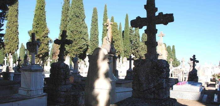 Valdepeñas acerca con rutas turísticas la historia del cementerio y la cultura funeraria en el mes de Todos los Santos