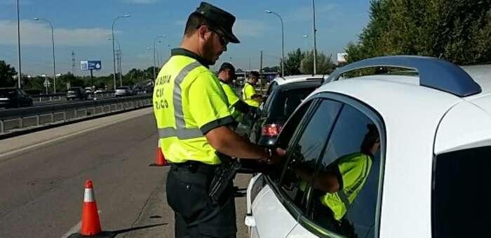 La DGT comunica que no llevar mascarilla en los vehículos, quitársela o demás acciones no es sancionable