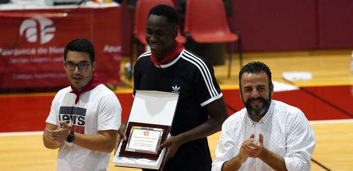 El alcalde felicita a Usman Garuba por acudir a los Juegos Olímpicos de Tokio con la Selección Española de Baloncesto