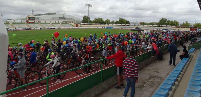 Color y fiesta sobre ruedas y  en familia en el IX día de la bicicleta en Puertollano